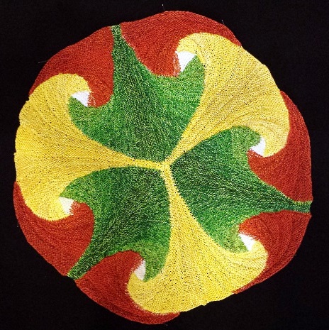 Gabriele Tippel - Hier sieht man ein Ginkgoblatt gestrickt in KlougeStrickArt als Dekostück
