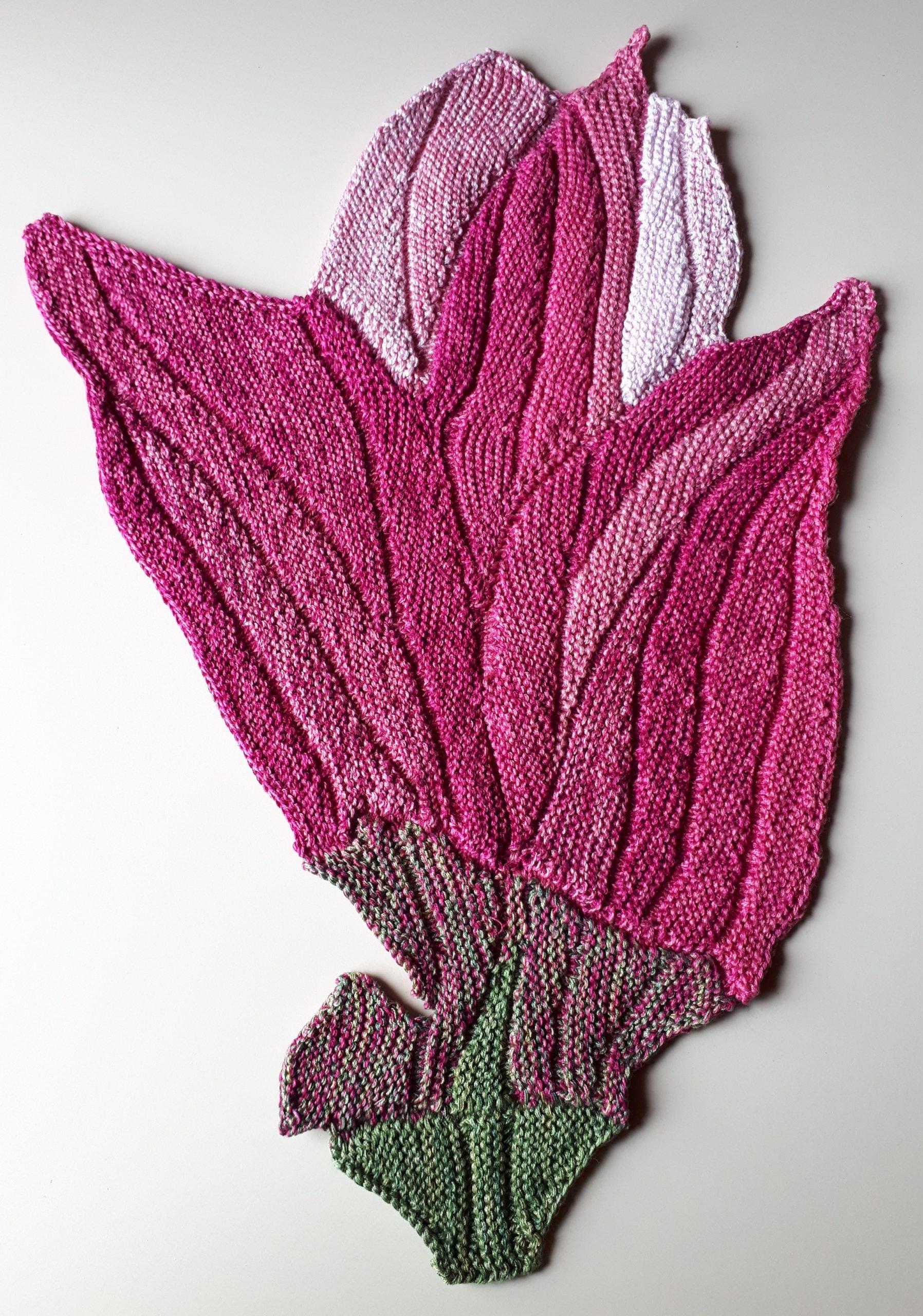 Gabriele Tippel - Hier sieht manmeine gestrickte Magnolienblüte in KlugeStrickArt